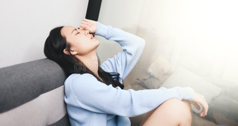 Uma mulher asiática a ficar ansiosa e deprimida fotos de stock