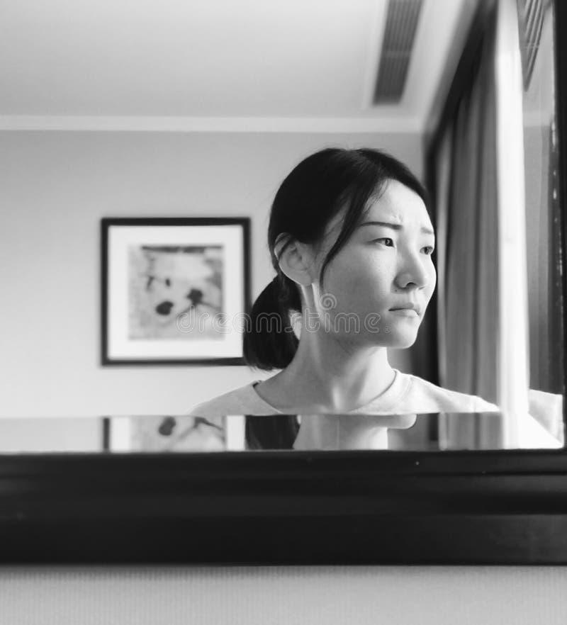 Uma mulher asiática no espelho imagens de stock