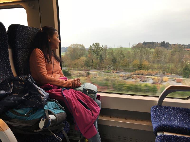 Uma mulher asiática para tomar o trem de Salzburg a Hallstatt, Áustria fotografia de stock royalty free