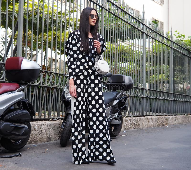 Uma mulher asiática que levanta para fotógrafo na rua antes do desfile de moda de ANTONIO MARRAS, durante a mola de Milan Fashion imagem de stock royalty free
