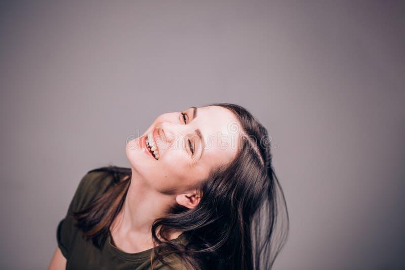 Uma mulher bonita é rir sem parar Muito engraçado Emoções humanas positivas e expressões faciais imagem de stock