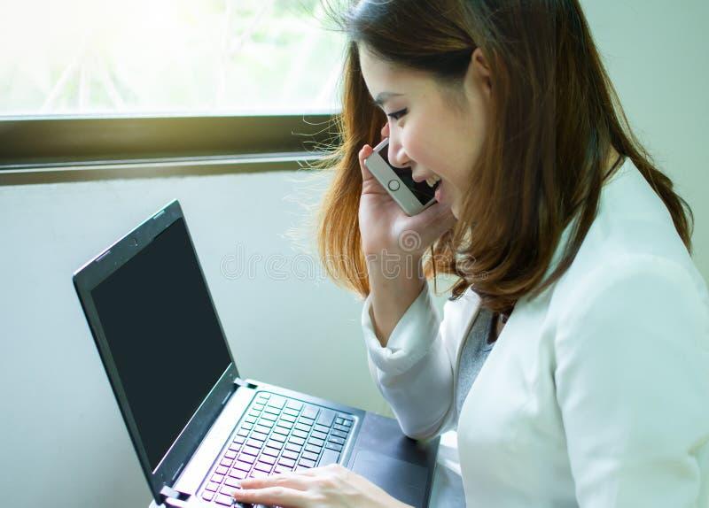 Uma mulher bonita asiática está fazendo o negócio da partida fotos de stock royalty free