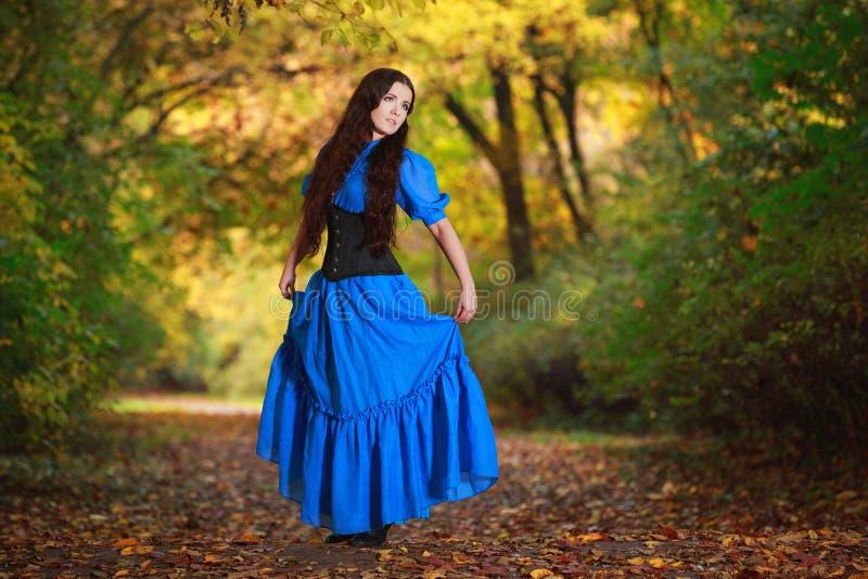 Uma mulher bonita em um vestido azul foto de stock royalty free