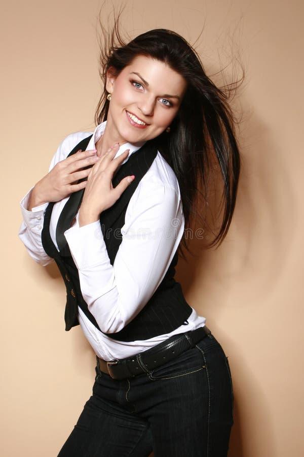 Download Jovem Mulher Bonita Que Levanta No Estúdio Foto de Stock - Imagem de businesswoman, fundir: 29845534