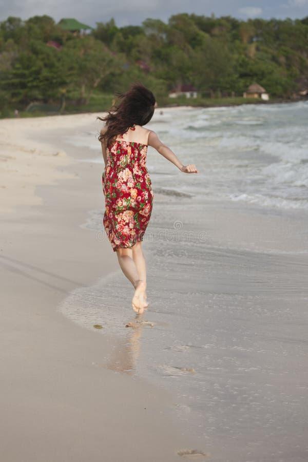 Uma mulher bonita na praia fotos de stock