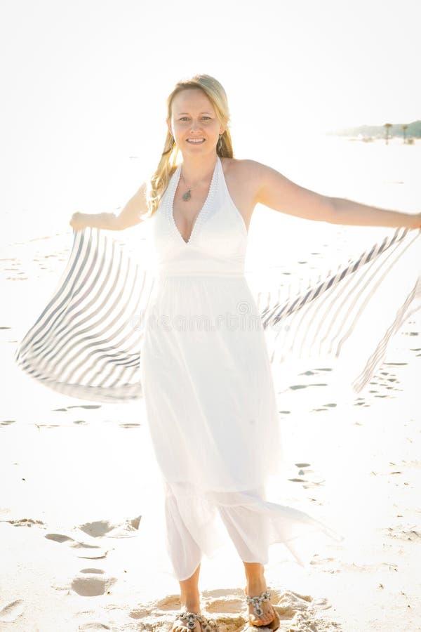 Uma mulher bonita no Sun imagens de stock