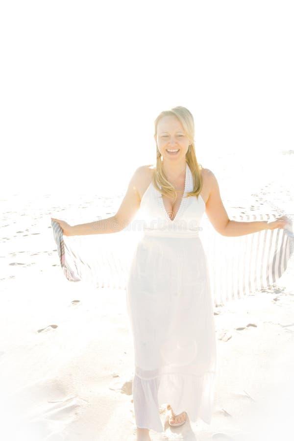 Uma mulher bonita no Sun fotos de stock