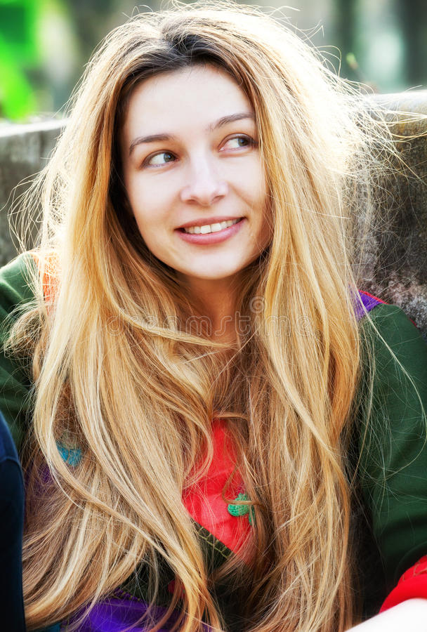 Uma mulher bonito nova com cabelo longo fotos de stock royalty free