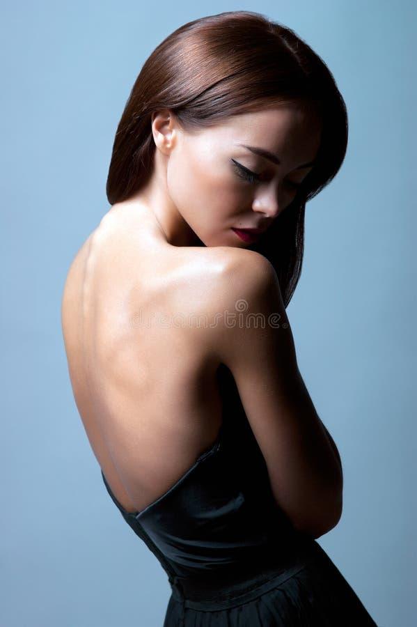 Uma mulher caucasiano nova que levanta em um vestido fotografia de stock royalty free