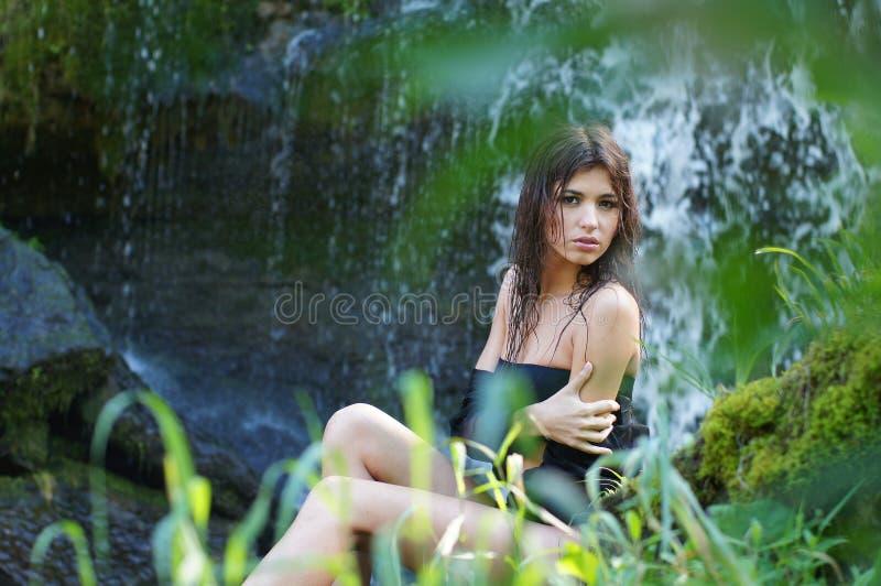 Uma mulher caucasiano triguenha nova na selva fotos de stock