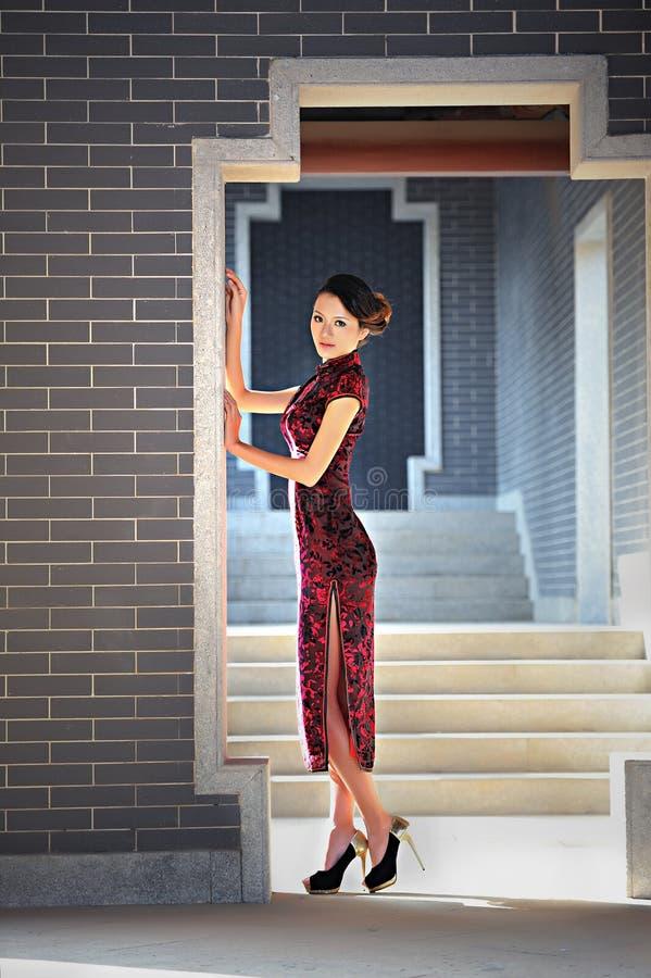 Uma mulher chinesa clássica vestida no cheongsam imagem de stock