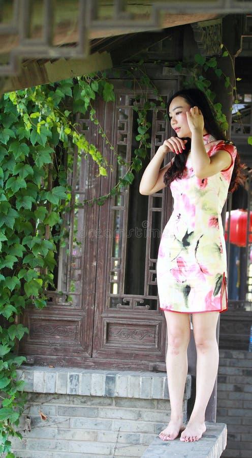 Uma mulher chinesa veste o vestido tradicional no parque da água de Shanghai fotografia de stock