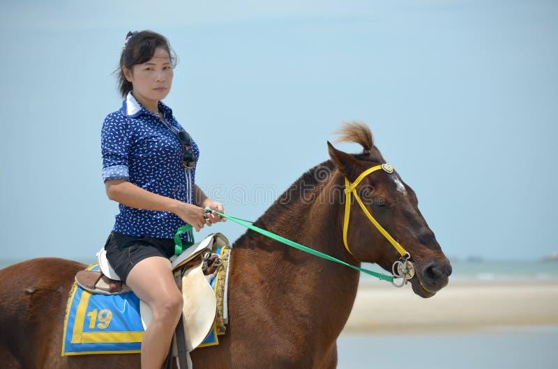 Uma mulher com cavalo fotos de stock royalty free