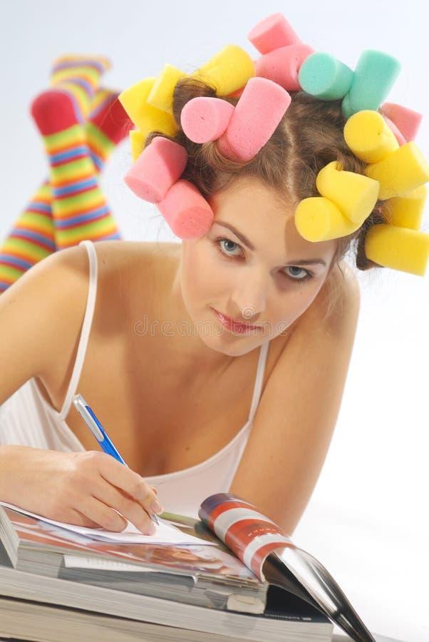 Uma mulher com os encrespadores de cabelo imagens de stock