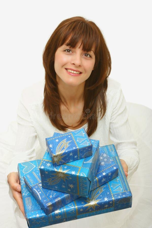 Uma mulher com presentes fotografia de stock royalty free