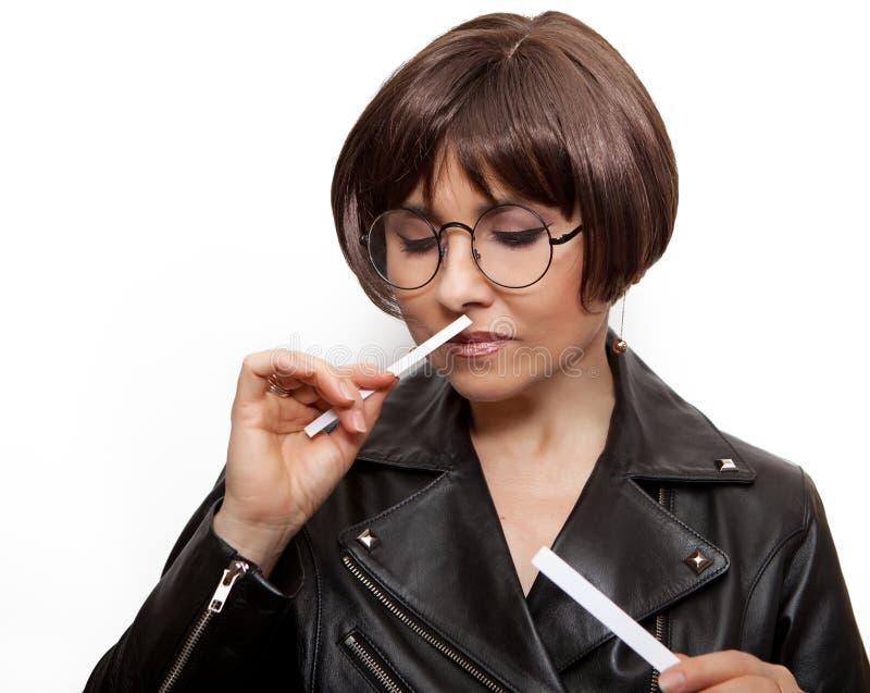 Uma mulher com tiras de papel em suas mãos escuta a fragrância foto de stock