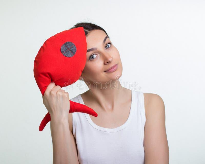Uma mulher com um peixe vermelho do brinquedo imagens de stock