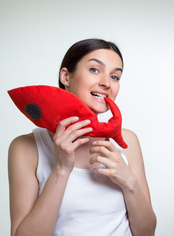 Uma mulher com um peixe vermelho do brinquedo imagens de stock royalty free