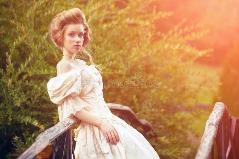 Uma mulher como uma princesa em um vestido do vintage
