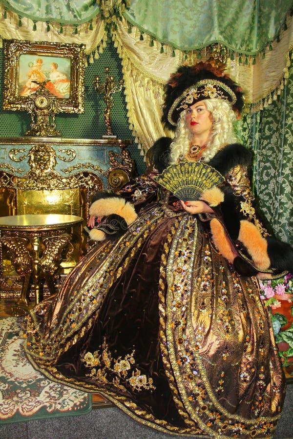 Uma mulher como uma princesa em um vestido do vintage fotos de stock