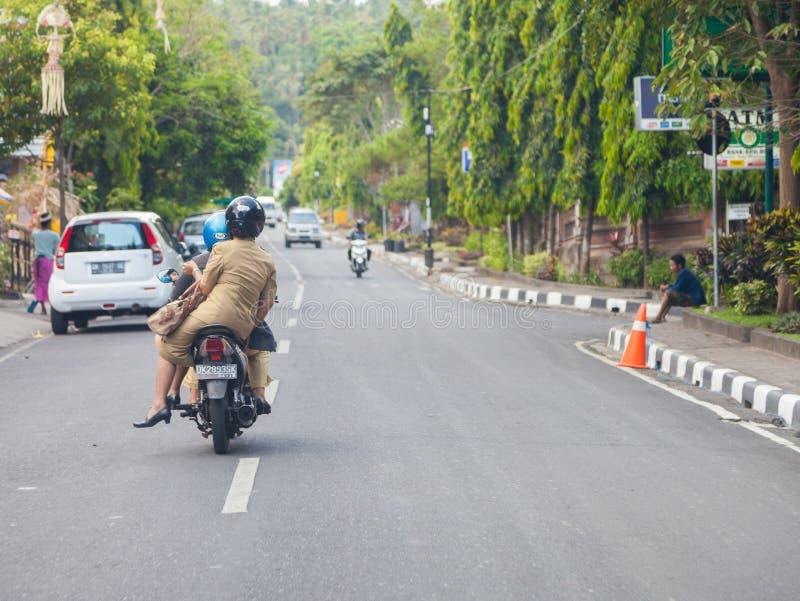 Uma mulher conduz em um velomotor em Bali/Indonésia fotografia de stock
