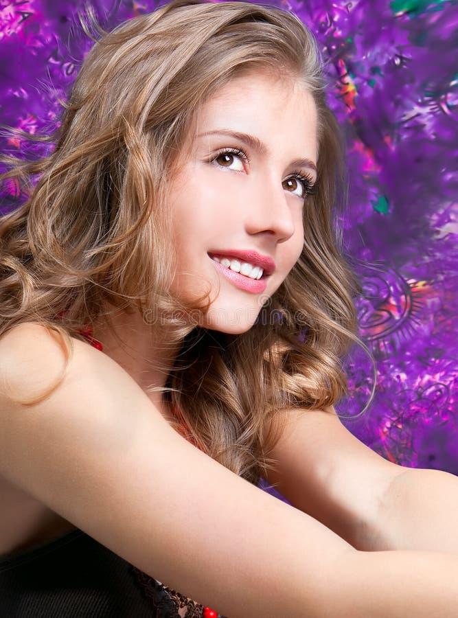 Uma mulher consideravelmente nova com hair-style bonito imagem de stock royalty free