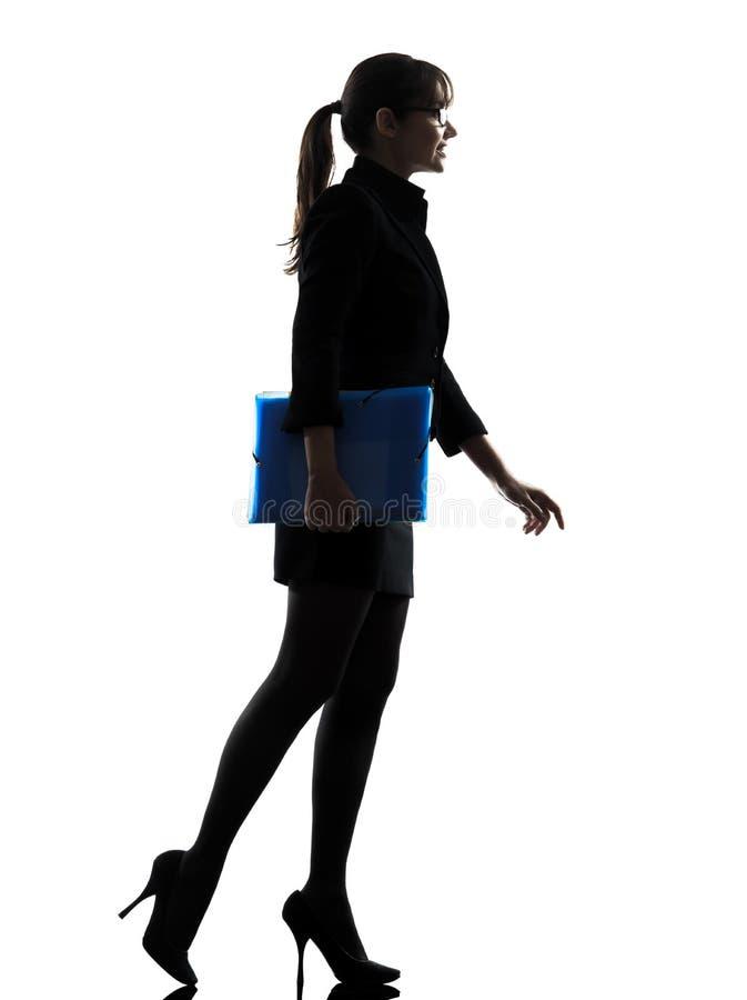 Mulher de negócio que guardara a silhueta de passeio dos arquivos dos dobradores imagens de stock royalty free