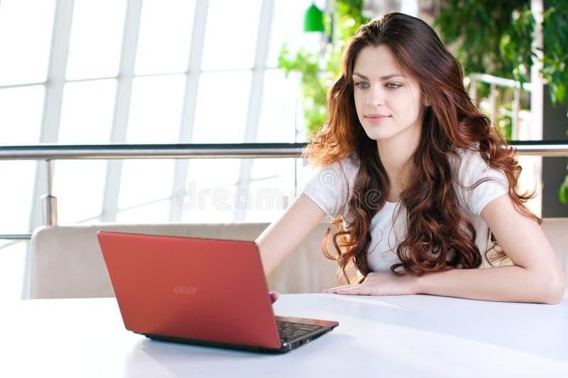 Uma mulher de negócio nova que senta-se em um café imagem de stock royalty free