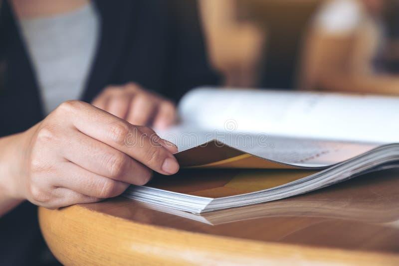 Uma mulher de negócio que lê um livro no café moderno imagem de stock royalty free