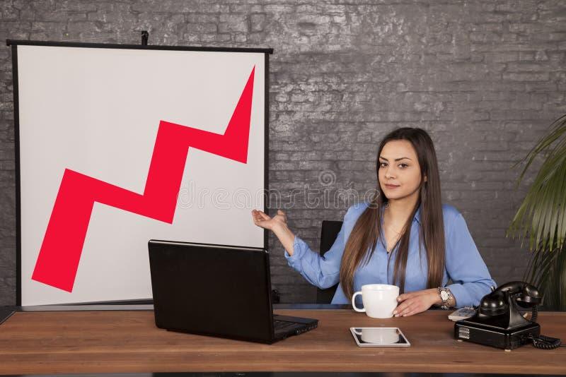 Uma mulher de negócio séria apresenta o crescimento do valu do corporaçõ fotos de stock royalty free