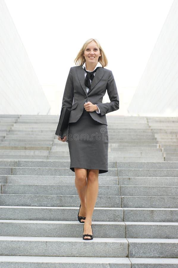 Uma mulher de negócios loura nova na roupa formal fotos de stock