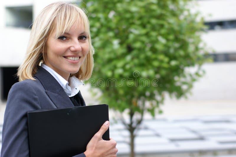 Uma mulher de negócios loura nova na roupa formal imagens de stock