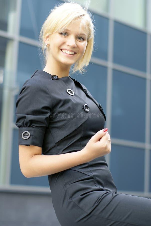 Uma mulher de negócios loura nova na roupa formal imagem de stock