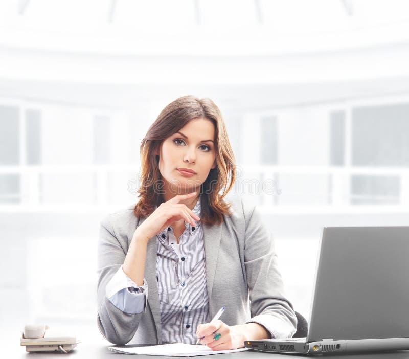 Uma mulher de negócios na roupa formal em um escritório foto de stock