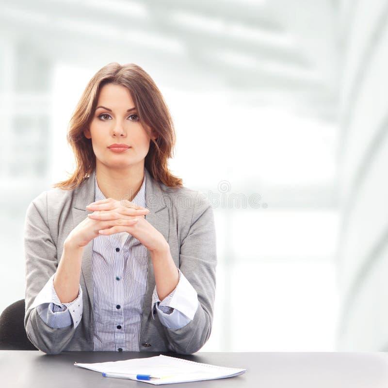 Uma mulher de negócios nova na roupa formal foto de stock