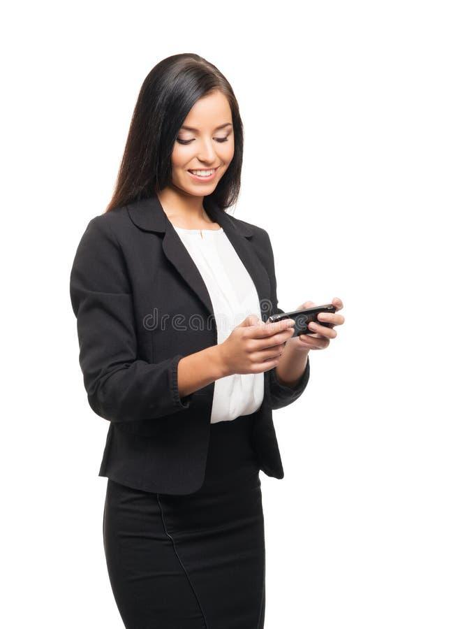 Uma mulher de negócios nova que trabalha em um smartphone imagem de stock royalty free
