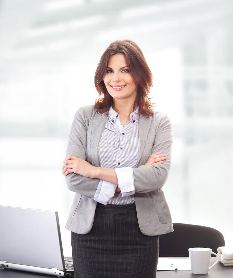 Uma mulher de negócios triguenha nova na roupa formal fotografia de stock