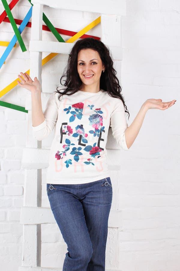 Uma mulher de sorriso que está nas escadas estúdio fotos de stock royalty free