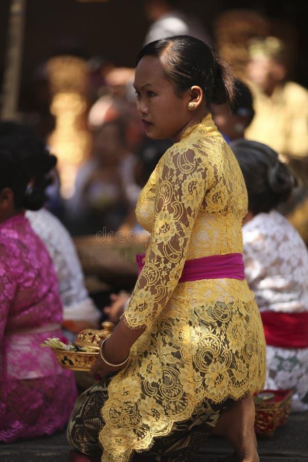 Uma mulher do Balinese na roupa tradicional na cerimônia do templo hindu, ilha de Bali, Indonésia foto de stock