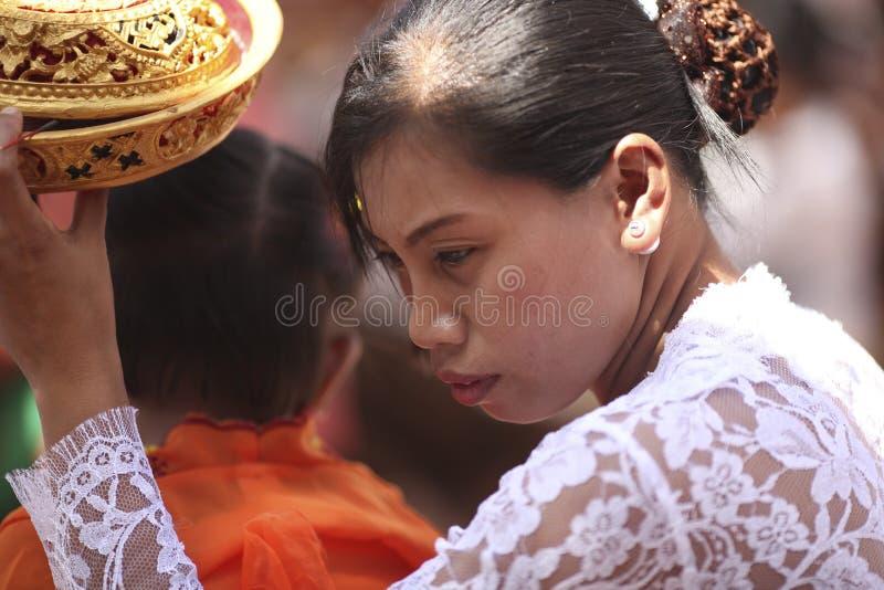 Uma mulher do Balinese na roupa tradicional na cerimônia do templo hindu, ilha de Bali, Indonésia imagem de stock royalty free