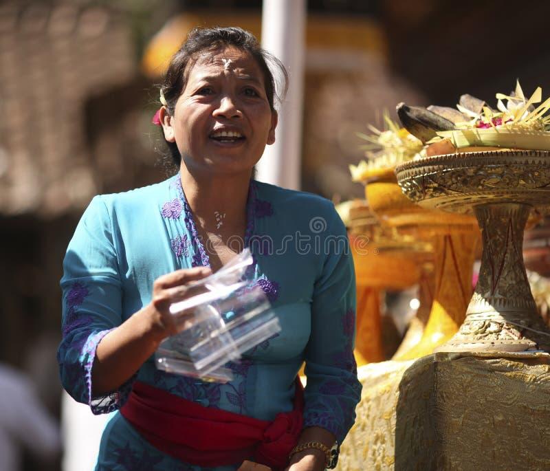 Uma mulher do Balinese na roupa tradicional na cerimônia do templo hindu, ilha de Bali, Indonésia imagens de stock