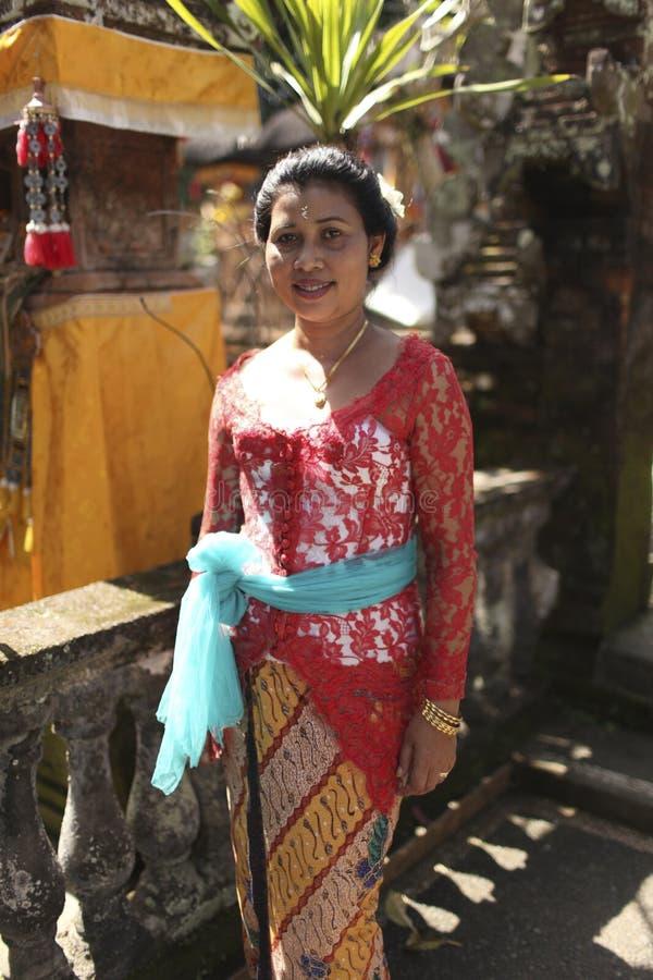 Uma mulher do Balinese na roupa tradicional na cerimônia do templo hindu, ilha de Bali, Indonésia imagem de stock