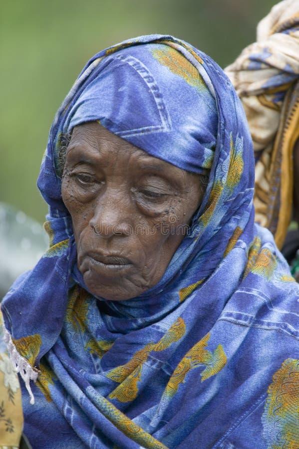 Uma mulher do Kenyan com um lenço azul está na linha em Pepo La Tumaini Jangwani, programa de reabilitação da comunidade de HIV/A imagens de stock
