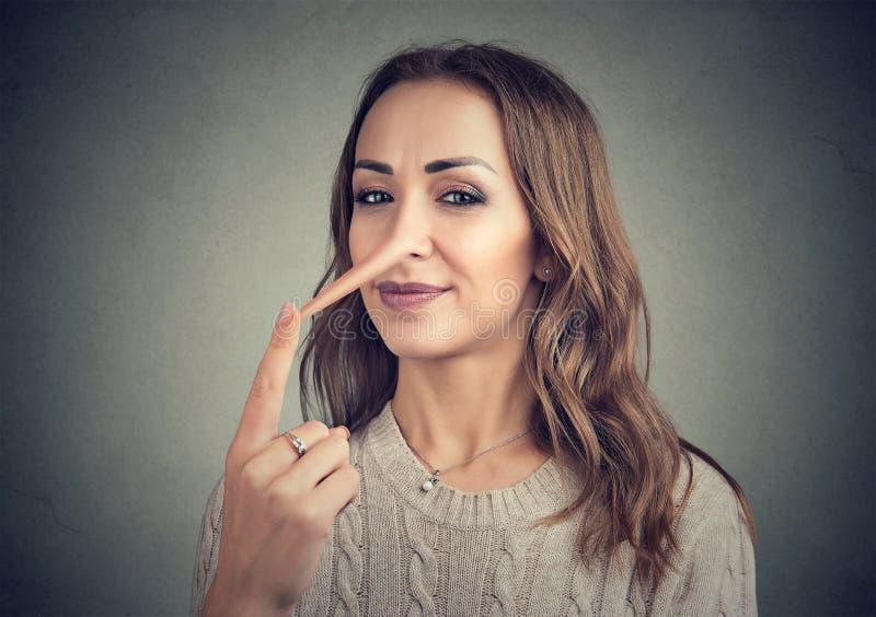 Uma mulher do mentiroso com nariz longo fotografia de stock royalty free