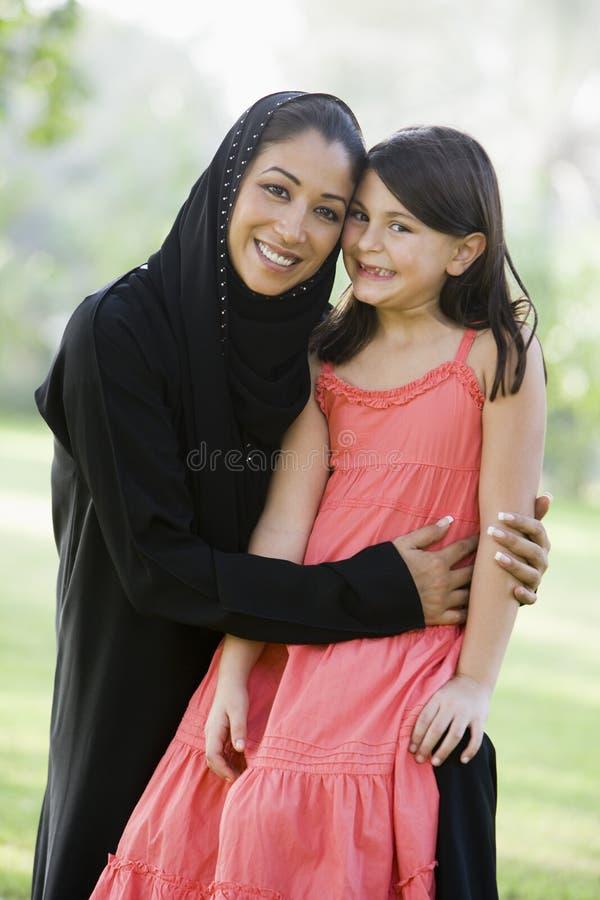 Uma mulher do Oriente Médio e sua filha fotos de stock royalty free
