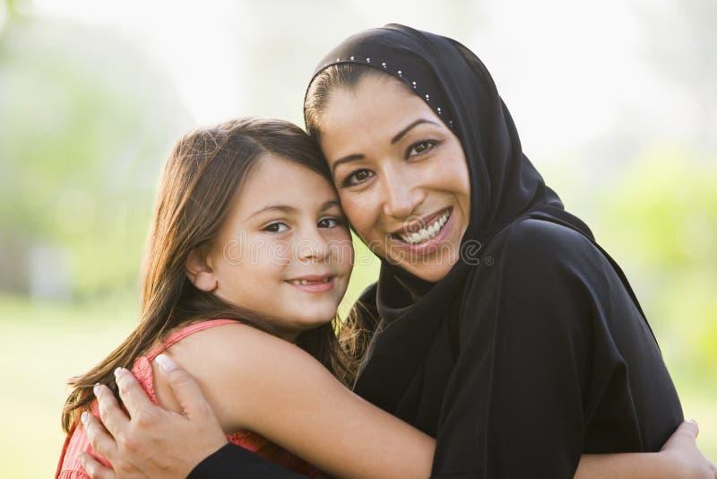 Uma mulher do Oriente Médio e sua filha foto de stock