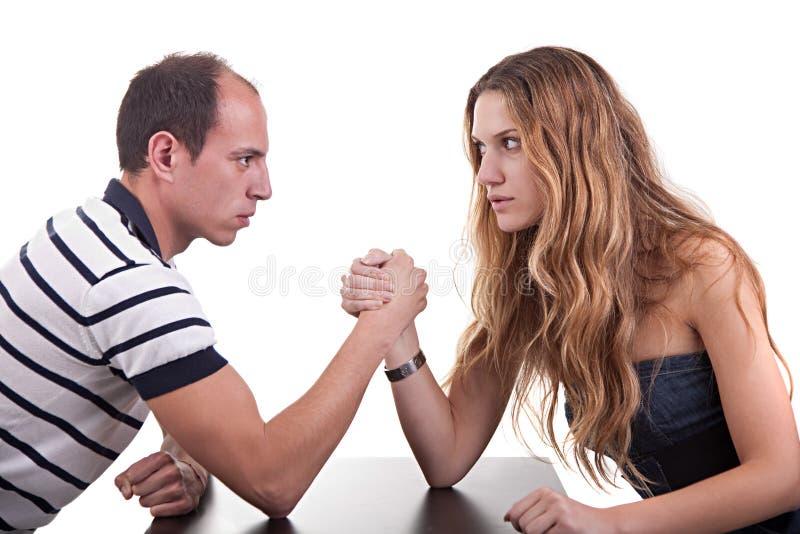 Uma mulher e um homem que wrestling imagem de stock