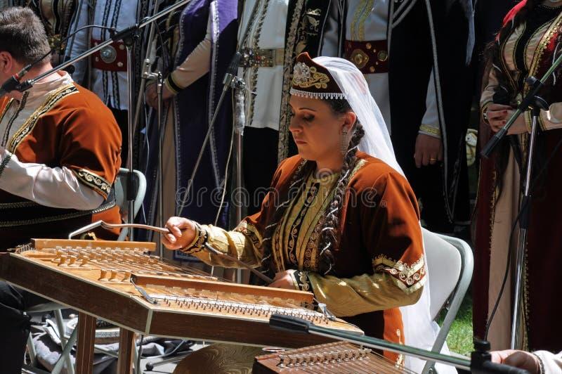 Uma mulher em Arménia com o instrumento imagens de stock