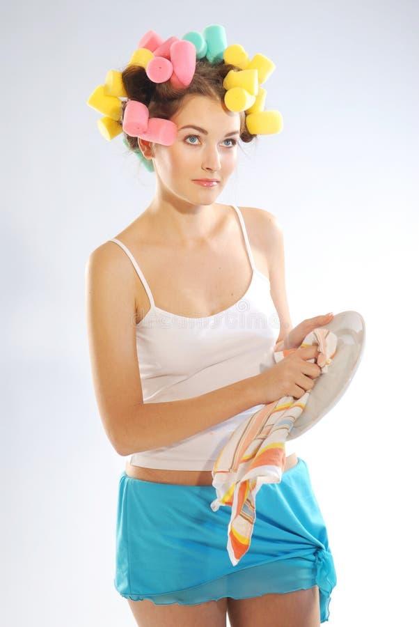 Uma mulher em encrespadores de cabelo fotografia de stock