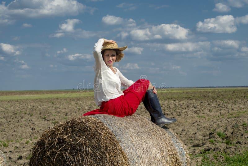 Uma mulher em um campo fotos de stock royalty free
